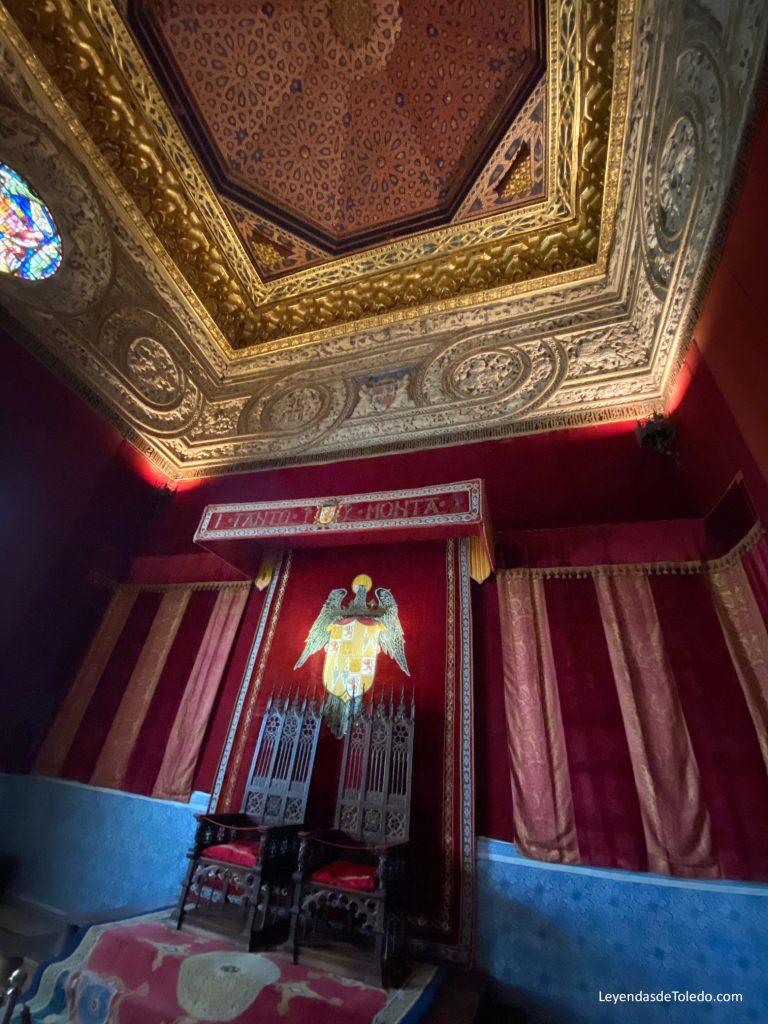 La Sala del Trono del Alcázar, a la que se accede por una puerta mudéjar, es de tiempos de los Trastámara