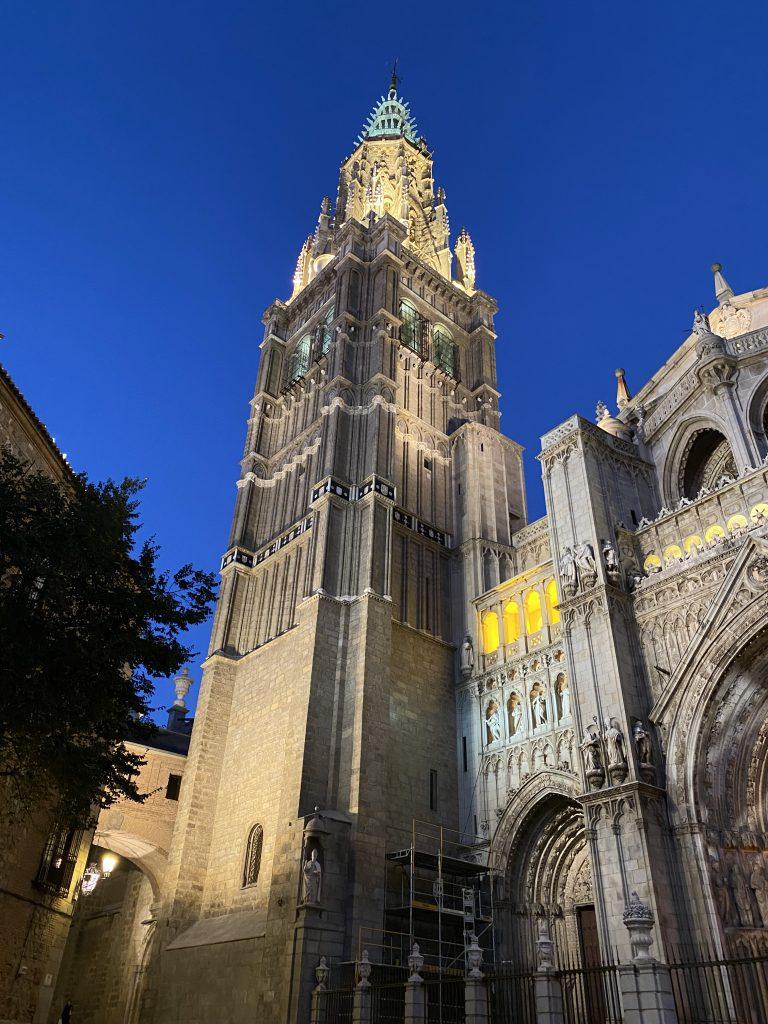 Este puente es perfecto para visitar #Toledo y redescrubrir los detalles de la recién restaurada torre de la Catedral. Y asistir a alguna de las muchas visitas guiadas que tenemos programadas hasta el lunes.