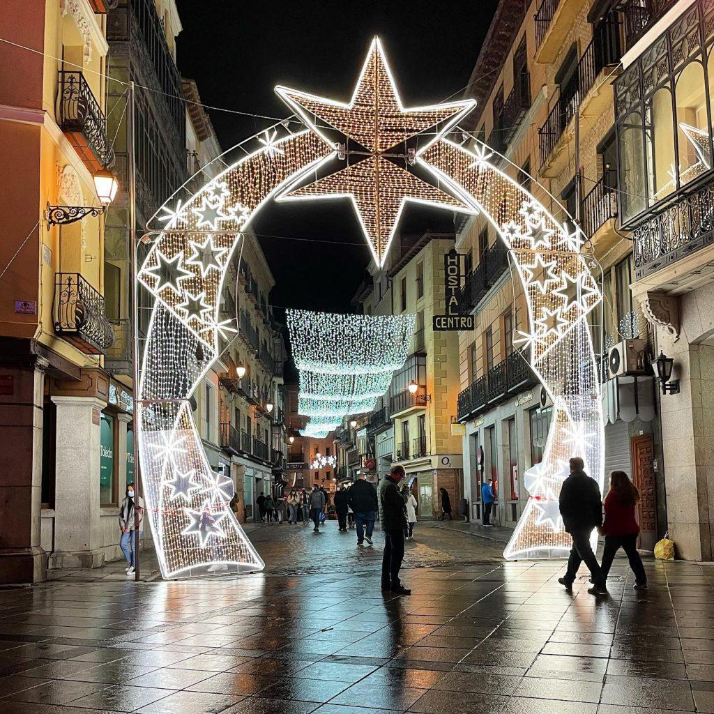Arco de luz en la entrada a la calle Comercio de Toledo. Navidad 2020