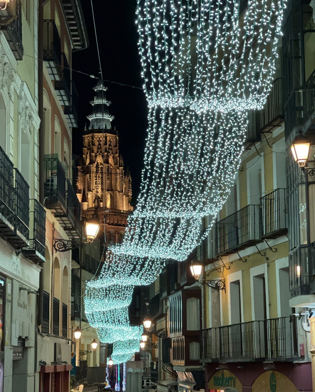 Calle Comercio adornos de Navidad 2020 en Toledo