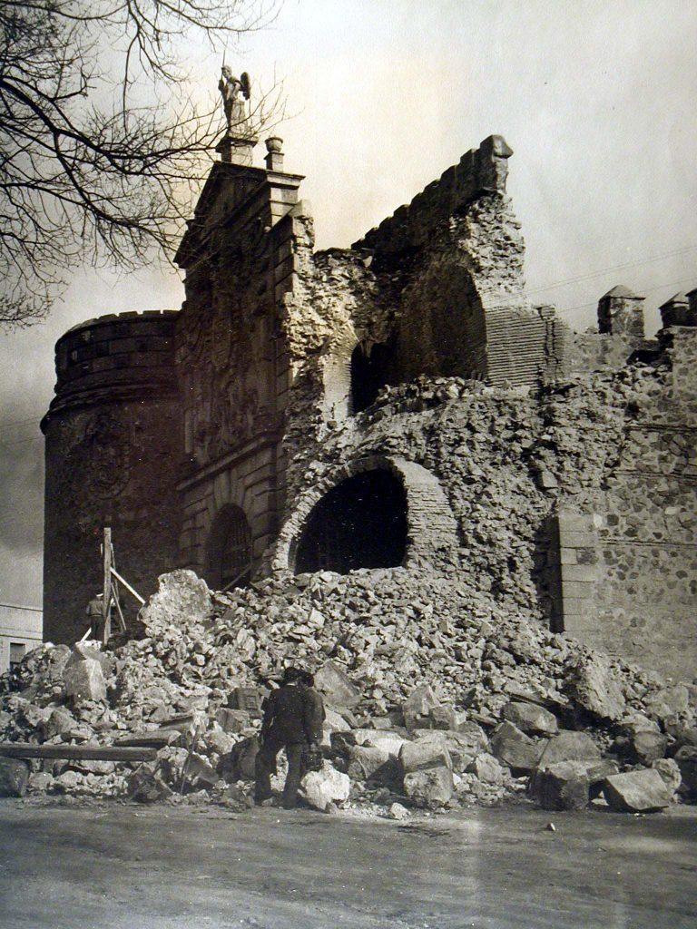 Derrumbe de la Puerta de Bisagra de Toledo el día 12 de abril de 1946. Foto Rodríguez. Fuente: Toledo Olvidado