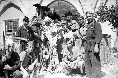 Milicianos republicanos posando con momias de monjas procedentes de tumbas que habían profanado en el Convento de la Concepción (Fuente Toledo Olvidado)