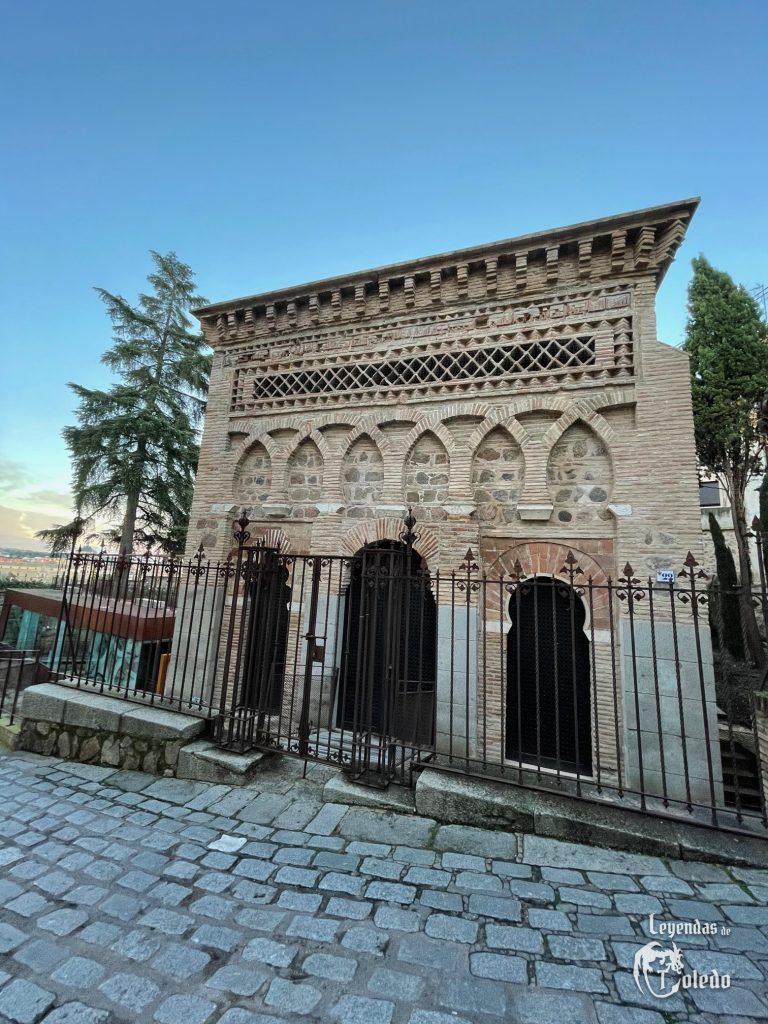 Fachada. La piedra blanca de la mezquita del Cristo de la Luz en Toledo. مسجد باب المردوم