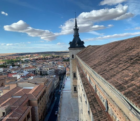 Una de las torres del Alcázar de Toledo desde la Biblioteca de Castilla-La Mancha