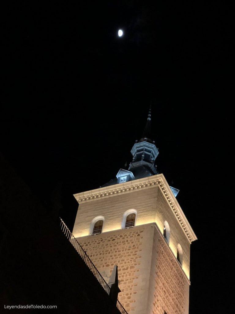 Una de las torres del Alcázar de Toledo, por la noche