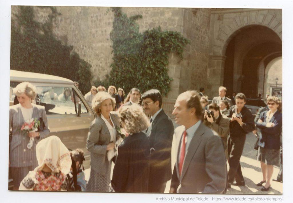 Recepción en la Puerta de Bisagra. Archivo Municipal de Toledo.3219-03-05 - Año 1987-04-24 - Visita a Toledo de los Príncipes de Gales con SS MM los Reyes