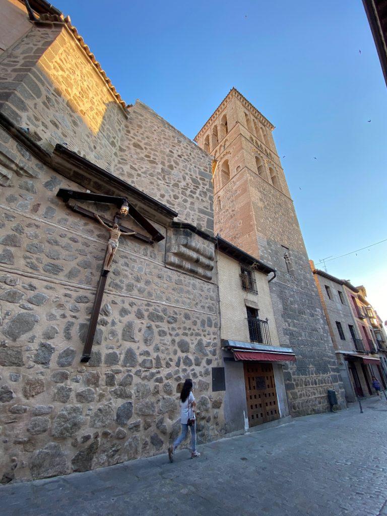 Calle de Santo Tomé, Toledo. Cristo crucificado y torre mudéjar.