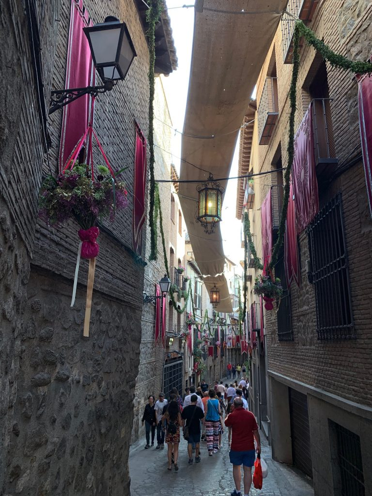 Calle Alfileritos, Toledo, durante el Corpus