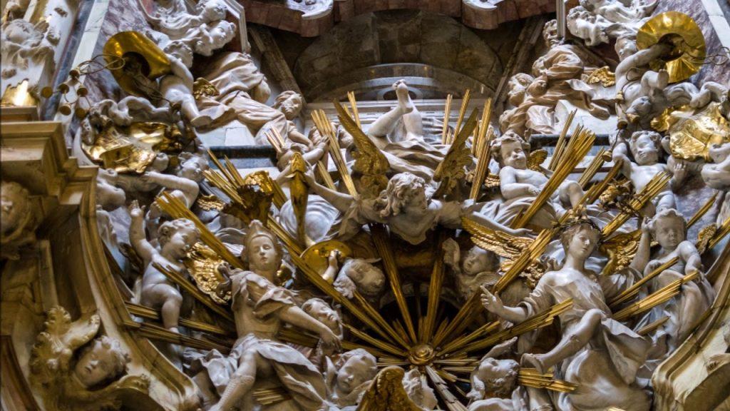 Ángel en el Transparente de Narciso Tomé con un pez dorado