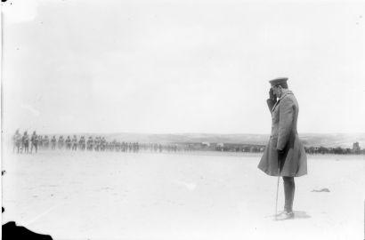 Visita del rey Alfonso XIII a Toledo acompañando al rey Victor Manuel de Italia. Desfile de la Academia ante el Rey [PA-CAJA 5-SOBRE 15-3]