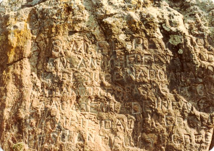 Roca con inscripción de Alfonso XIII en la Academia de Infantería. Foto José Luis Isabel (1985)