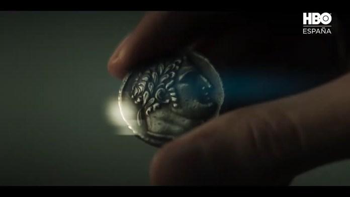 En la serie, un Tetradracma de Tiro es la moneda principal de las 30 piezas de plata entregadas a Judas.
