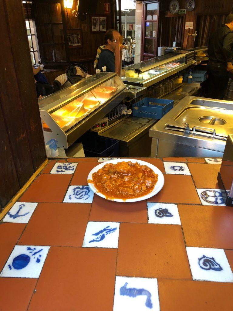 Respeta las normas para que pronto podamos volver a tomar un plato de carcamusas como el de la foto, en Ludeña, sin limitaciones