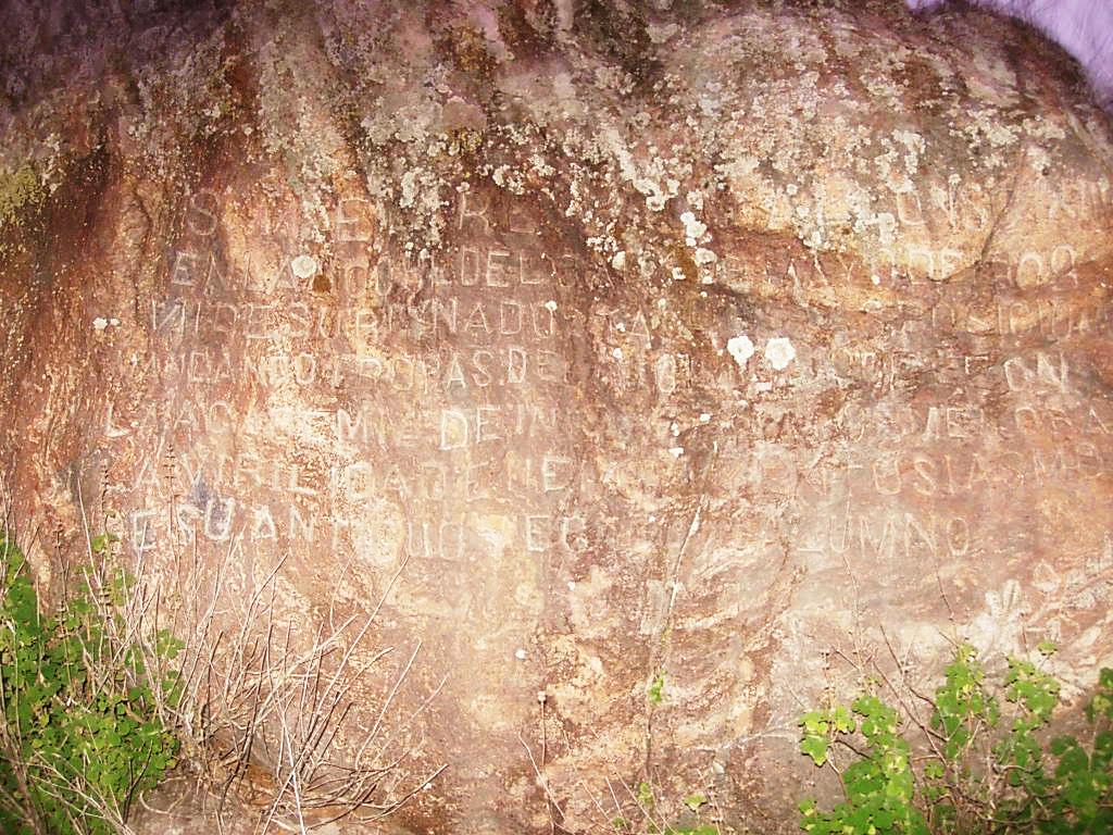 Roca con inscripción de Alfonso XIII en la Academia de Infantería. Foto José Luis Isabel (2003)