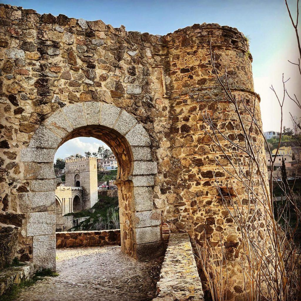 Coracha en la muralla de Toledo, con el puente de San Martín de fondo