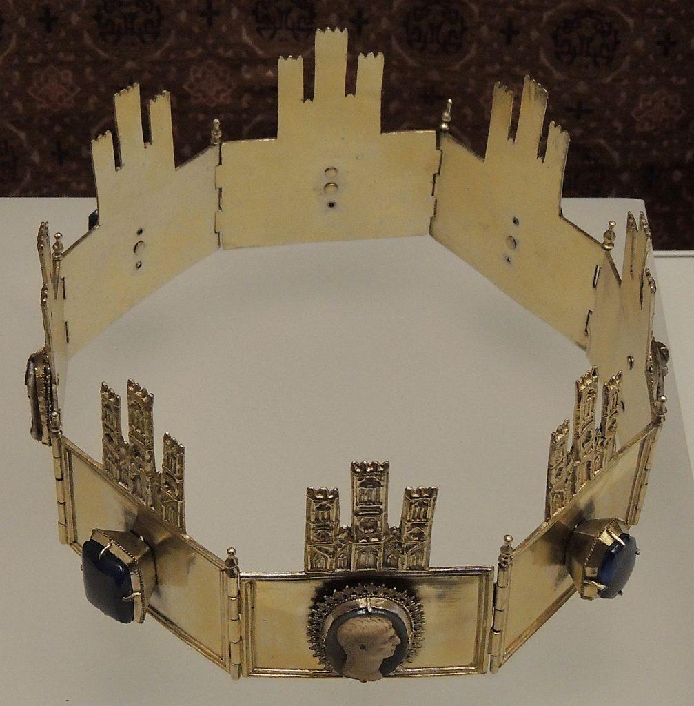 Corona de Sancho IV de Castilla, probablemente también utilizada por Alfonso X. Fue encontrada en su tumba de la Catedral de Toledo en 1959, y se expone en su Museo de Tapices de la Catedral de Toledo. Lleva engastados cuatro camafeos romanos del S.II.