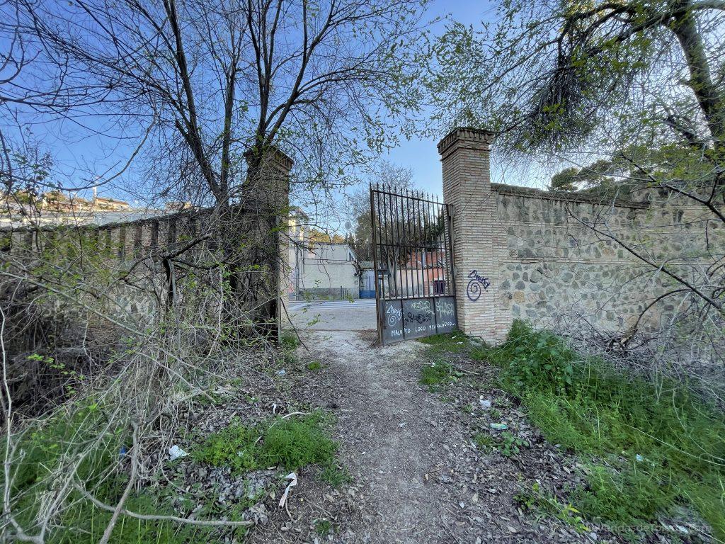Puerta que nos permite salir a la Carretera de Navalpino en Toledo