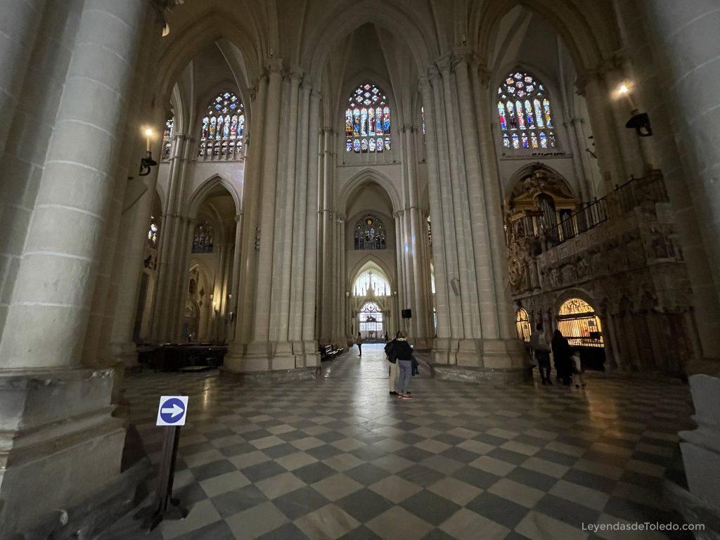 Acceso a la Catedral de Toledo desde la Puerta Llana. Nuestra primera imagen del interior de la Catedral.
