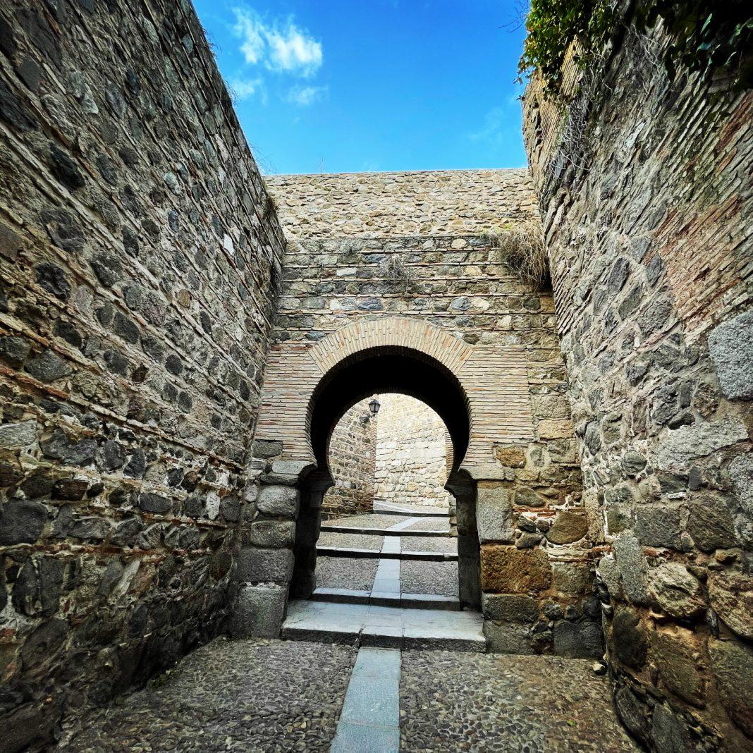 Arco en el interior de la puerta del Puente de Alcántara, en Toledo