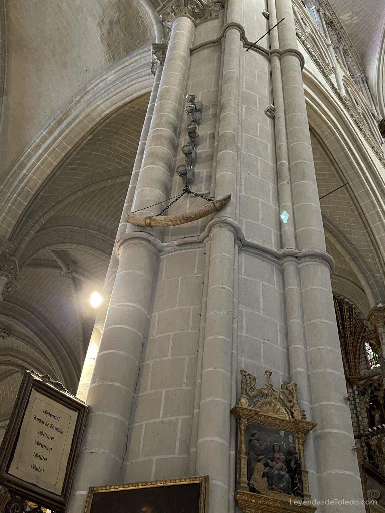 Un colmillo colgado de uno de los pilares de la Catedral de Toledo