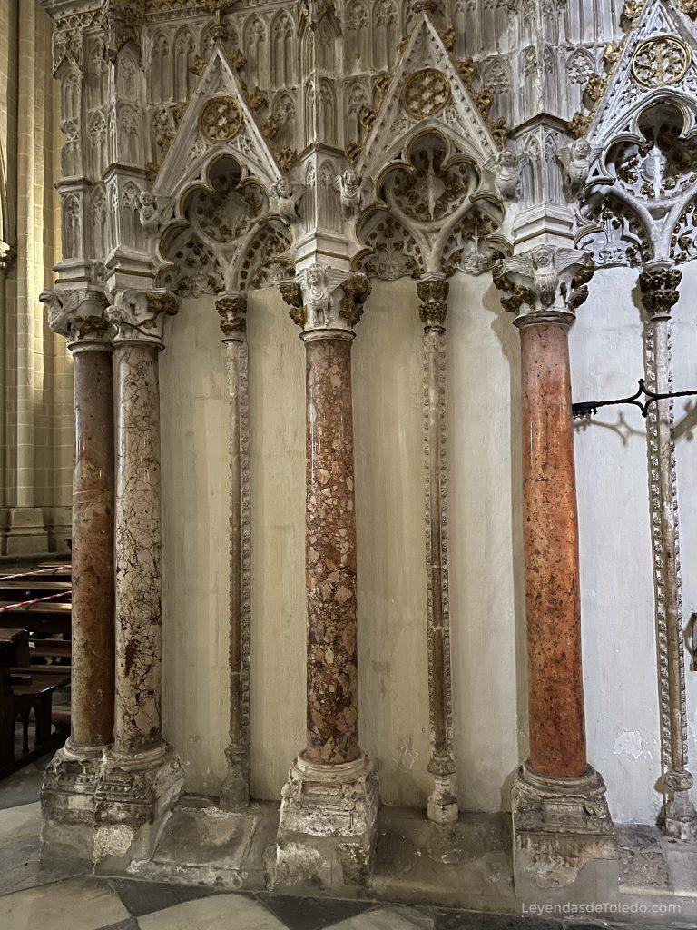 Columnas probablemente pertenecientes a la antigua mezquita de Toledo ubicadas en el trascoro de la Catedral.
