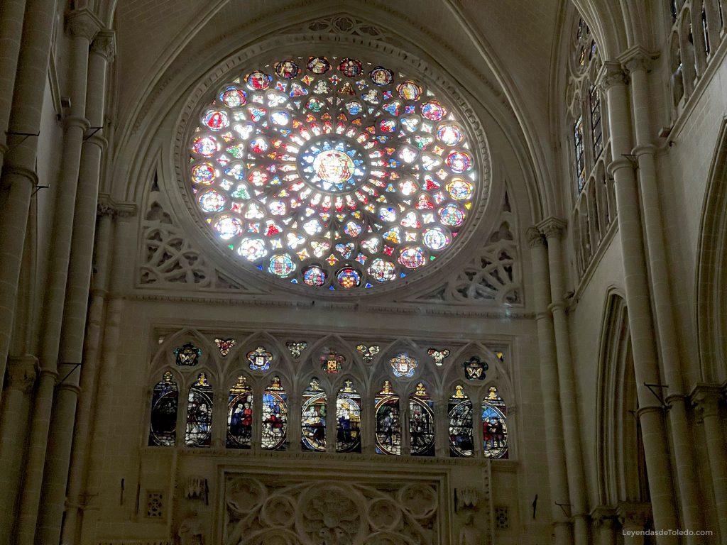 Rosetón de la fachada de la Catedral de Toledo, al atardecer del 31 de marzo de 2021