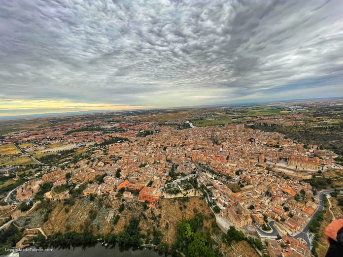 Vista del casco antiguo de Toledo a mayor altura desde un globo aerostático