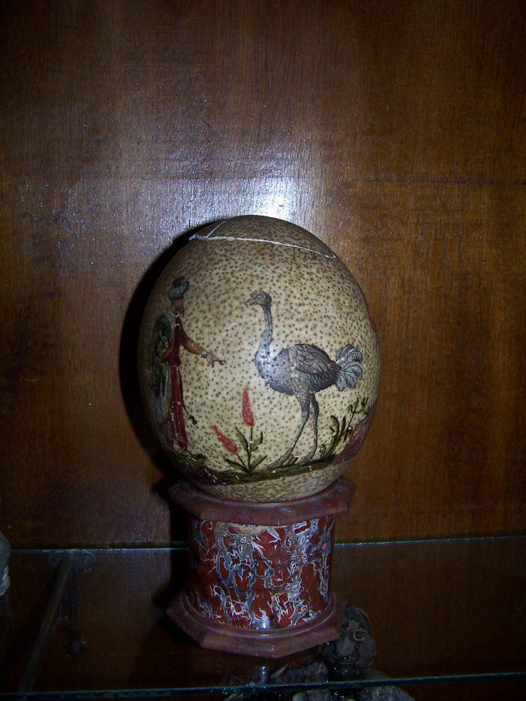 Huevo de avestruz decorado, perteneciente a la colección Lorenzana, hoy en el IES el Greco de Toledo