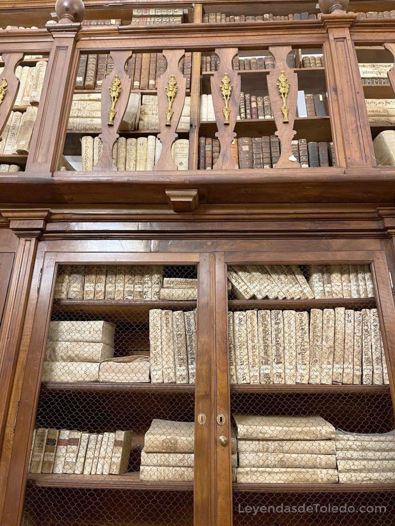 Una de las estanterías que contiene parte de los libros de la colección Borbón-Lorenzana en la Biblioteca de Castilla-La Mancha